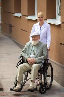 病院 医院 診療所 屋外 外 外国人 白人 男性 老人 高齢 高齢者 おじいさん おじいちゃん 髭 ヒゲ ひげ 白髪 女性 金髪 白衣 車椅子 車いす 座る 乗る 乗せる 上着 ジャケット ハンチング帽 押す 全身 カメラ目線 女医 医者 医師 mdjms016       mdff142