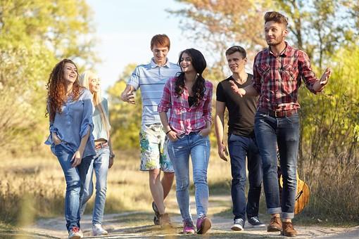 人物 外国人 モデル 男性 女性   男女 複数 グループ 仲間 友達   20代 若者たち 大学生 屋外 野外 草原 自然 林 ファッション カジュアル 歩く 散策 楽しい 笑顔 仲良し アウトドア  全身 正面   爽やか 青春   mdff025 mdff026 mdff027 mdfm007 mdfm008 mdfm009