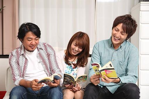 人物 日本人 女性 男性 グループ 友達 友人 仲間 若者 中年 20代 40代 屋内 室内 部屋 リビング ソファ 集まる 座る 漫画 まんが コミック 単行本 読む 面白い 笑う 爆笑 おかしい オーバーリアクション mdfj012 mdjm009 mdjm010