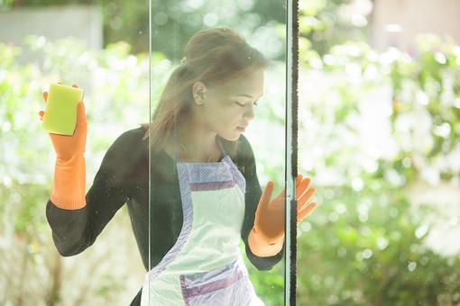 生活 暮らし 家 住宅 家庭 家事 掃除 清掃 ハウスキーピング ハウスクリーニング ライフスタイル 窓 磨く 窓掃除  窓ふき 窓ガラス 人物 女性 外国人 外人 外人女性 外国人女性 若い 主婦 エプロン ゴム手袋 スポンジ 汚れ mdff068