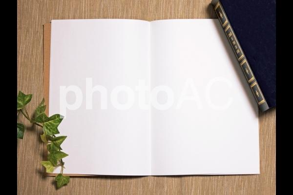 机の上の辞書とノートフレームの写真