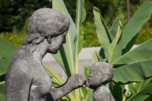 女性像 母子像 親子像 人物像 像 人物 女性 子供 裸体 彫刻 作品 芸術 アート 美術 自然 樹木 植物 樹 木 葉 葉っぱ 緑 ふくよか 展示 石像 屋外 野外