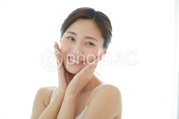 頬に手を触れる女性11の写真