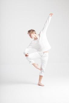 ダンス ダンサー ポーズ 体勢 姿勢 体位 ステップ 踊る 踊り 運動 スポーツ 振り付け 振付 振り 男性 男 外国人 金髪 若い 全身 バレエ バレリーナ 足 脚 片足立ち 片足 手 片手 腕 片腕 上げる 俯く 背景 白 ホワイト mdfm074