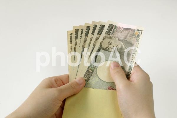 紙幣を取り出す手の写真