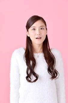 人物 女性 日本人 若者 若い   20代 美人 かわいい ロングヘア カジュアル  ラフ 私服 セーター ニット 屋内  スタジオ撮影 背景 ピンク ピンクバック ポーズ  おすすめ 上半身 正面 目を見張る ポカン 呆然 唖然 驚き mdjf007