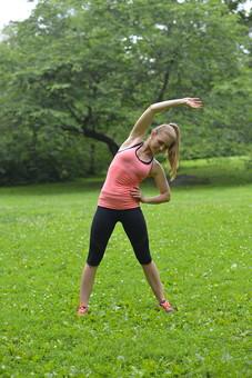 運動 スポーツ 体操 ストレッチ ヨガ ジョギング ウォーキング ランニング  全身 外国人 女性 女 20代 30代 ロングヘアー 金髪 ポニーテール ランニングウェア スポーツウェア 背景 草 雑草 草原 森 森林 木 緑 グリーン パーク 公園 準備運動 mdff019