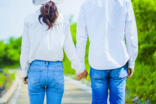 手をつなぐ男女の写真