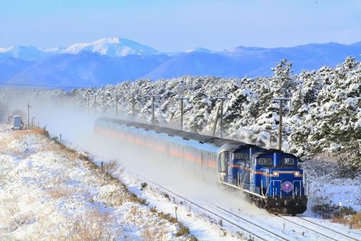 寝台特急 カシオペア 寝台列車 夜行列車 ブルートレイン ディーゼル機関車 DD51 E26系 JR北海道 雪 雪景色 JR東日本 鉄道写真 列車 冬 積雪 大雪 山