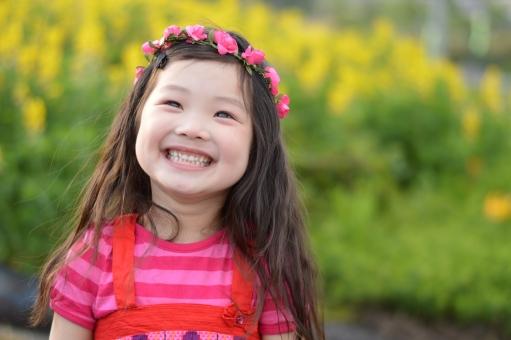 子供 笑顔 女の子 こども 子ども 花 花冠 5月 3歳 笑う mdfk023