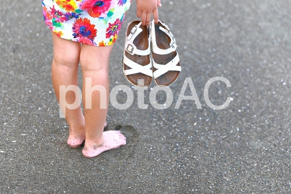 砂浜にいる少女の写真