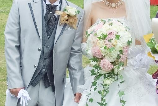 ウェディング ウェディングドレス タキシード シルバー ホワイト 純白 ブライダル 結婚式 挙式 ブーケ 花束 幸せ ハッピー キラキラ 希望 未来 明るい 華やか セレモニー レセプション ハネムーン 新婚 新郎 新婦 カップル 夫婦 花嫁