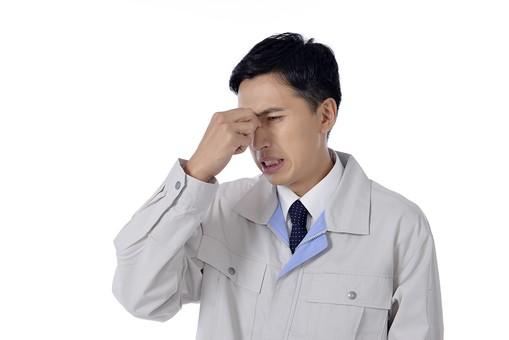 日本人 男性 おとこ 青年 社員 職員 ビジネスマン 仕事 労働 業務 ビジネス ワーク 会社 職場 工場 オフィス 事業 営業 事務 制服 泣き顔 目頭 押さえる 涙 頭痛 苦痛 めまい 疲労 心配 不安 失敗 不注意 過失 我慢 こらえる 白バック 白背景 mdjm001