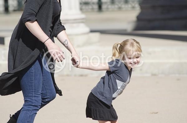 公園で遊ぶ母と子4の写真