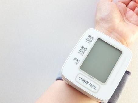 電子血圧計 健康 ヘルスケア 健康管理 予防 高血圧 低血圧 生活習慣病 病気 脳梗塞 心筋梗塞 妊娠中毒症 脈拍 貧血 測る 計る 計測 デジタル 医療器具 疾病 規則正しい生活 注意 気をつける 手首 最高血圧 最低血圧 脈 血圧 ヘルス 病院