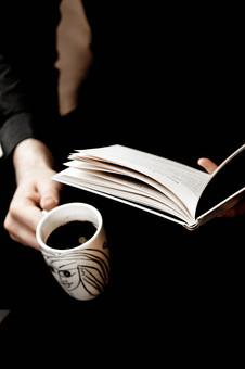 本 ブック 書物 書籍 図書 読書 読む 趣味 勉強 人物 男性 男 若い 若者 ページ 捲る めくる 開く リラックス 寛ぐ くつろぐ コーヒー マグカップ カップ コップ 飲み物 ドリンク 持つ 接写 クローズアップ アップ
