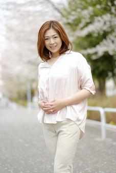 人物 女性 30代 主婦 ママ 笑顔 スマイル 優しい 綺麗 美しい 可愛い 美人 柔らかい パンツスタイル ポーズ 春 桜 そよ風 爽やか 明るい 屋外 スナップ写真 スナップ撮影 カメラ目線 ポートレート 日本人   mdjf043