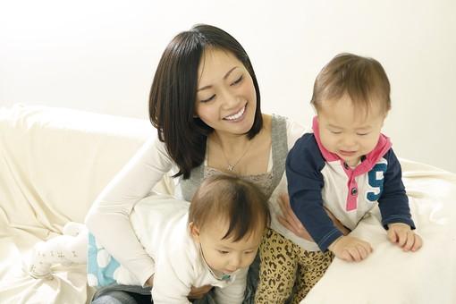 親子 母子 親 おや 母 母親 ママ マザー 子ども 子供 子 赤ちゃん 赤ん坊 乳児 幼児 ベイビー 抱っこ だっこ 抱く 絆 笑顔 笑う 女性 女 人物 触れ合い ふれあい 室内 部屋 座る 兄弟 姉妹 日本人 mdfk006 mdfk008 mdjf016