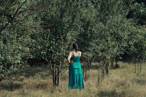 外国 海外 屋外 野外 自然 人物 1人 外国人 白人 セルビア人 大人 若い 女性 女 女の子 後ろ姿 ブルネット 黒髪 セミロング まとめ髪 ひっつめ髪 無造作ヘア 普段着 青緑の服 ワンピース ロングワンピース ノースリーブ キャミソールワンピース 低木 木 果樹 木立 芝生 mdff021