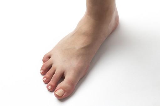 足 脚 あし フット 生足 裸足 素足 女性 女 女子 ウーマン 立つ 起立 20代 30代 足元 脚の甲 足の甲 フットケア 片足 片脚 人物 若い 若者 美容 ヘルスケア 足の爪 肌 スキンケア 白背景 足の指 ファッション
