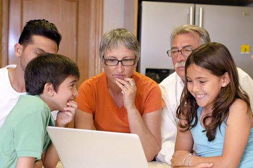 外国 海外 屋内 部屋 室内 リビング 人物 外人 外国人 家族 ファミリー 親子 三世代 三世代家族 祖父母 祖母 祖父 おじいちゃん おばあちゃん お父さん 父親 娘 息子 男の子 女の子 子供 こども 子ども 集まる パソコン インターネット 見る 団欒 老人 シニア 30代 60代 70代 mdjms003 mdfs006 mdmk007 mdfk010 mdfm040