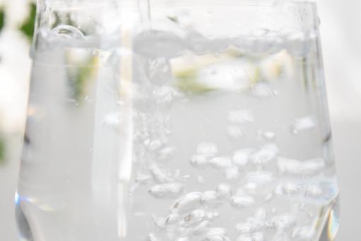 グラス ガラス コップ 水 みず ウォーター 透明 半透明 白 ホワイト しろ 緑 みどり グリーン 爽やか さわやか 夏 なつ サマー 向こう側 水滴 遠近 近い 接近 上 光 ひかり 明るい 涼しげ 涼しい 冷たい 飲み物 飲む 入れる 注ぐ そそぐ 空気 なみなみ 注がれる 食器 カップ 壁紙 背景 テクスチャ テクスチャー 素材 イメージ バックグラウンド バックグランド エコ eco 季節 表現 泡 あわ ぶくぶく ブクブク 気泡 泡立つ ジョボジョボ 濡れる 水しぶき 水泡 アップ 接写 至近距離