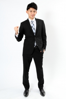 人物 生物 人間 男性 若い 青年 アジア アジア人 日本 日本人 ポーズ モデル スーツ ジャケット ビジネス 就活 フォーマル 全身 ボディランゲージ 示す 伝える 意志 コミュニケーション 手 ハンドサイン 腕 ガッツポーズ ファイト 励ます 頑張る 拳 mdjm002