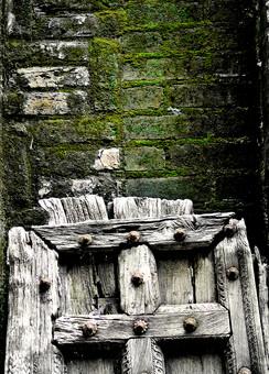 外国 外国風景 海外 海外風景 景色 風景 自然 建物 壁 植物 コケ こけ 苔 草 古い 年期 石 石壁 ドア 扉 戸 入り口 板 木製 十字 クロス アート アート写真