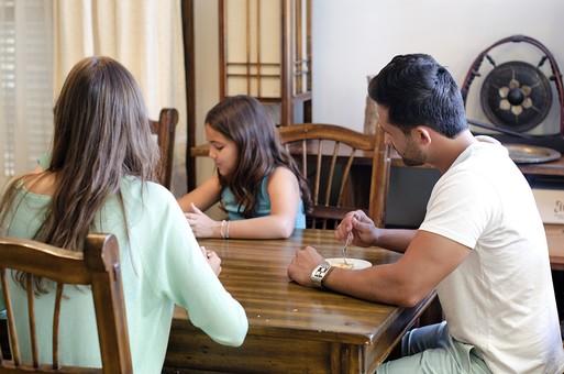 外国 海外 屋内 部屋 室内 ダイニング テーブル 人物 外人 外国人 家族 ファミリー 親子 両親 父親 お父さん 母親 お母さん 娘 女の子 子供 こども 子ども 食べ物 お菓子 デザート スイーツ 食べる 団欒 30代 mdfk010 mdfm040 mdff069