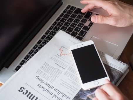 スマートホン ノートパソコン 英字新聞 新聞 ビジネス オフィス デスク スマホ 経済 投資 資産運用 インターネット 情報 ビジネスマン Wifi パソコン 仕事 実業家 会社 分析 スマートフォン モバイル デジタル 携帯電話 接続 環境 世界経済 景気 コンピューター データ
