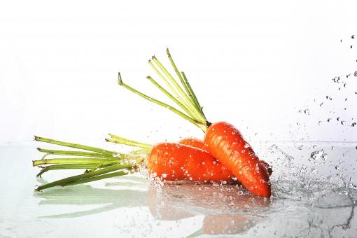 食べ物 食材 野菜 新鮮 フレッシュ    屋内 白バック 白背景 水 水しぶき   水飛沫 瑞々しい アップ 洗う 流水   流れ 躍動感 瞬間 料理 クッキング  勢い にんじん ニンジン 人参 複数