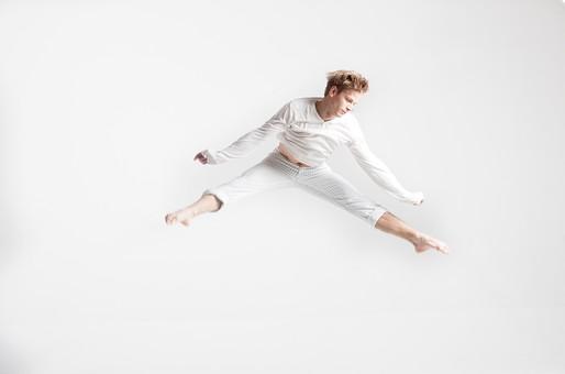 ダンス ダンサー ポーズ 体勢 姿勢 体位 ステップ 踊る 踊り 運動 スポーツ 振り付け 振付 振り 男性 男 外国人 金髪 若い 全身 バレエ バレリーナ 飛ぶ ジャンプ 跳躍 手 拳 こぶし 握りこぶし 腕 開く 広げる 足 脚 開脚 前かがみ 前屈 俯く 背景 白 ホワイト mdfm074