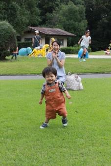 初歩き 歩き始め 歩き初め 公園 よちよち ヨチヨチ 母子 成長 子育 育児 家族 親子 喜び 努力