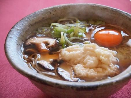 和風 椎茸 ネギ 卵 長芋 うどん 麺つゆ 湯気 温まる 冬 風邪予防 夜食 消化がよい