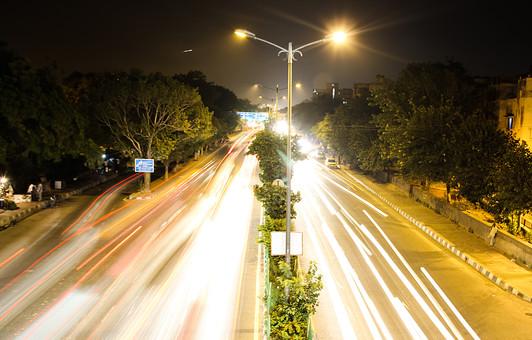 インド 外国 熱帯 南国 南アジア 高速道路 道路 コンクリート 白線 交通 自動車 二輪車 バイク カー 高速バス 直線 まっすぐ 運転する 運転 運ぶ 走る 動く 乗る 電気 電灯 灯り 眩しい 明るい 照らす 光線 光 木 樹木 植物 自然 建築物 建物 建築 景観 夜景 夜