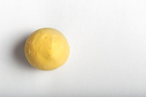 たまご 卵 玉子 タマゴ エッグ 卵色 料理 食べ物 食材 食料 物撮り 屋内 人物なし 上から視線 レシピ 1個 ボイル ゆで卵 黄身だけ 白バック 床 白 丸ごと 剥き身 卵黄