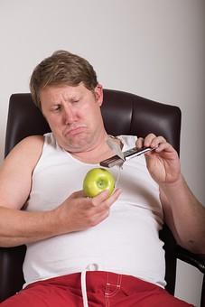 チョコレート 板チョコ  お菓子 スナック 間食 おやつ 高カロリー 青林檎 青リンゴ 青りんご 果物 ダイエット 食べたい 衝動 葛藤 外国人 男性 肥満 メタボ 茶髪 ブロンド 中高年 40代 デブ ぽっちゃり 白 タンクトップ 遊ぶ 白背景 白バック mdjms014