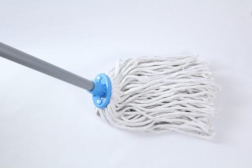 掃除 清掃 掃除用品 掃除グッズ お掃除 床掃除 玄関掃除 大掃除 主婦 家事 白背景 影 モップ 磨く こする 汚れ 落とす 拭き取る 道具 ウェット ウェットモップ 柄 吸収 繊維 青色 銀色