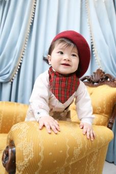 子供 こども あかちゃん 赤ちゃん ベレー帽 帽子 ぼうし スタイ よだれかけ 微笑み 笑う 幸せ たっち 立つ 前のめり ソファー