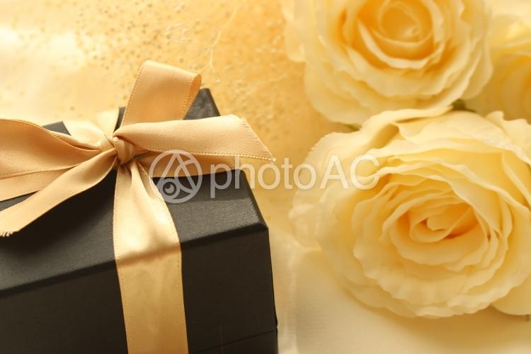 白薔薇とギフトの写真