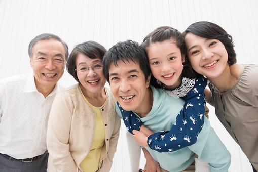 人物 日本人 家族 親子 ファミリー  三世代 二世帯 5人 両親 義両親  こども 子供 孫 娘 女の子  小学生 笑顔 スマイル 仲良し 絆 集まる 寄り添う 和気あいあい  朗らか 幸せ 楽しい mdjf017 mdfk014 mdfs003 mdjm016 mdjms004