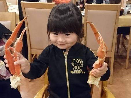 女の子 幼児 女児 食事 子ども 子供 蟹 ごはん 笑顔 にっこり かわいい restaurant レストラン 日本人 girl child pretty japanese travel カニ