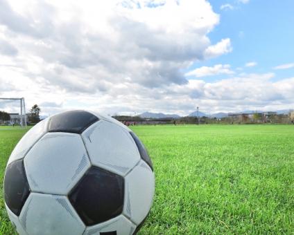 サッカーボールと空の写真