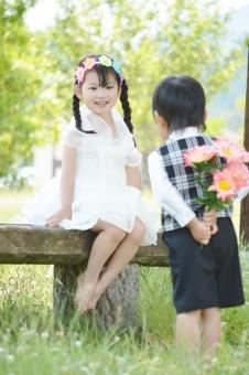 男の子 女の子 花束 花冠 プレゼント 渡す ベンチ 座る 可愛い 暖かい 子ども 子供 こども 子供たち 子供達 おめかし mdfk023