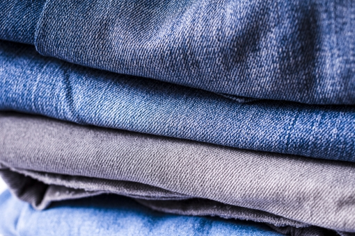 ジーンズ ジーパン Gパン デニム 柄 無地 生地 裾 布 布地 折り畳み 畳む ファッション パンツ 縫い目 積む 重なる 服装 服 足 脚 4足 ズボン 青 ブルー 紺 紺色 ネイビー グレー 灰色