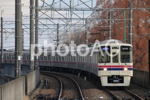 橋本駅に入ってくる京王の電車の写真