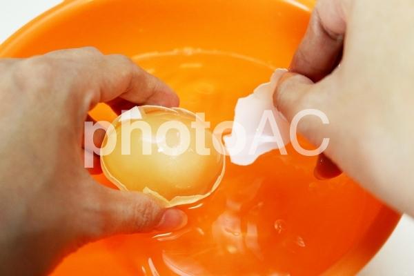 凍ったままの冷凍卵の写真