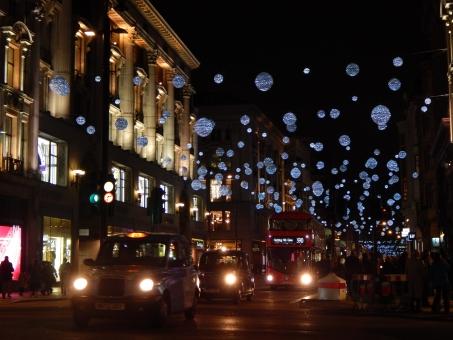 ヨーロッパ イギリス イングランド ロンドン 中心部 オックスフォードストリート ライトアップ クリスマス ダブルデッカー 2階建てバス 赤いバス タクシー 黒 夜景 美しい 海外 外国