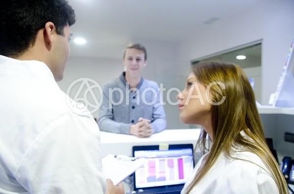 医師と受付スタッフと患者2の写真