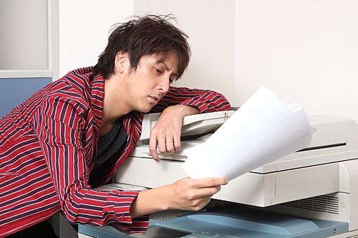 人物 日本人 男性 若者 若い  20代 仕事 職業 デザイナー グラフィックデザイナー  カジュアル オフィス 事務所 屋内 社内  室内 広告 会社 コピー ぐったり 疲れる やり直し がっくり 修正 ミス 失敗 オーバーリアクション ブラック ブラック企業 mdjm009